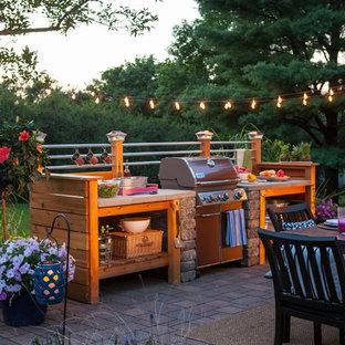 Kleiner Industrial Patio hinter dem Haus mit Outdoor-Küche und Pflasterklinker in Sonstige