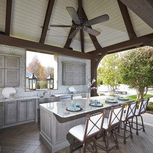 Foto de patio tradicional con cocina exterior