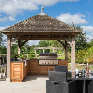 Свежая идея для дизайна: пергола во дворе частного дома среднего размера на заднем дворе в современном стиле с летней кухней и дорожками из брусчатки из камня - отличное фото интерьера