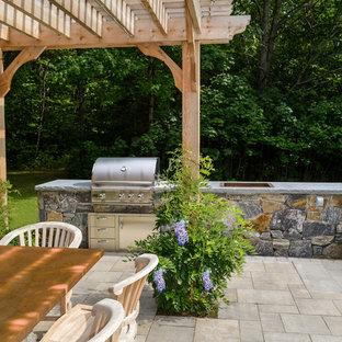 Idee per un patio o portico tradizionale di medie dimensioni e dietro casa con pavimentazioni in mattoni e una pergola
