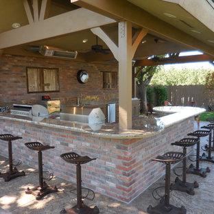 Foto di un grande patio o portico country dietro casa con cemento stampato e una pergola
