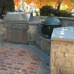 Esempio di un piccolo patio o portico stile americano in cortile con pavimentazioni in pietra naturale