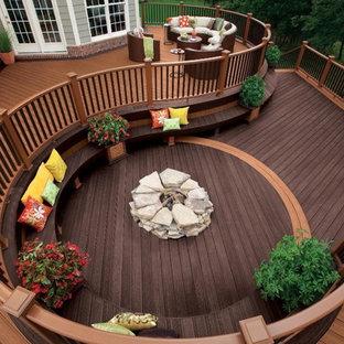 Ispirazione per un patio o portico etnico di medie dimensioni e dietro casa con un focolare, pedane e nessuna copertura