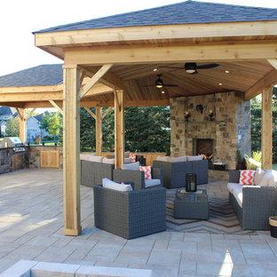 Пример оригинального дизайна: большая беседка во дворе частного дома на заднем дворе в стиле рустика с мощением тротуарной плиткой и местом для костра