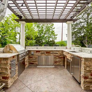Ispirazione per un grande patio o portico tradizionale dietro casa con una pergola
