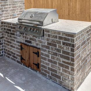 Esempio di un piccolo patio o portico country dietro casa con lastre di cemento e un tetto a sbalzo