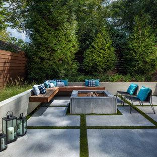 Diseño de patio contemporáneo, grande, sin cubierta, en patio trasero, con brasero y losas de hormigón