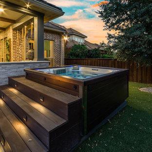 Ispirazione per un ampio patio o portico classico dietro casa con piastrelle e un tetto a sbalzo