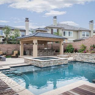 Foto di un patio o portico moderno di medie dimensioni e dietro casa con fontane, graniglia di granito e una pergola