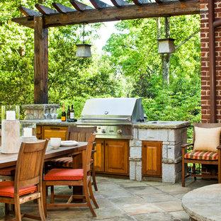 Imagen de patio clásico renovado, grande, en patio trasero y anexo de casas, con cocina exterior y adoquines de hormigón