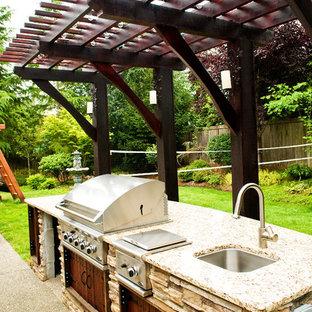 Esempio di un patio o portico tradizionale di medie dimensioni e dietro casa con un focolare, graniglia di granito e nessuna copertura