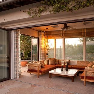 Esempio di un grande patio o portico mediterraneo dietro casa con pavimentazioni in pietra naturale e un gazebo o capanno