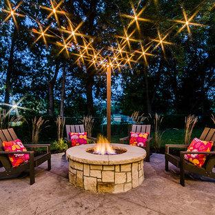 Immagine di un patio o portico american style di medie dimensioni e dietro casa con cemento stampato e nessuna copertura