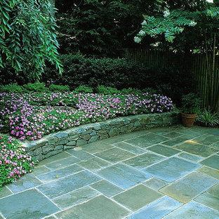 Idee per un patio o portico classico di medie dimensioni e dietro casa con pavimentazioni in pietra naturale