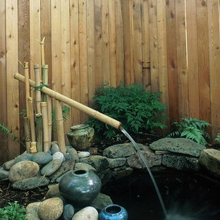 Ispirazione per un grande patio o portico etnico nel cortile laterale con fontane e pavimentazioni in pietra naturale