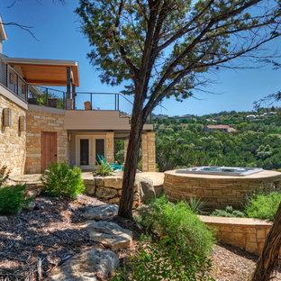 Ispirazione per un ampio patio o portico bohémian dietro casa con pavimentazioni in pietra naturale