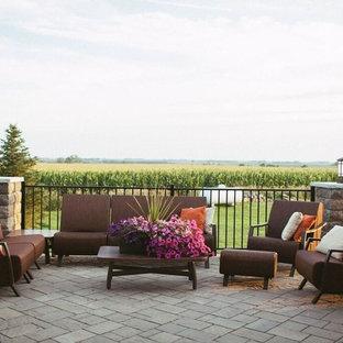 Immagine di un patio o portico stile rurale con nessuna copertura e pavimentazioni in cemento