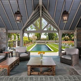 Foto de patio clásico, grande, en patio trasero, con adoquines de piedra natural, cenador y brasero