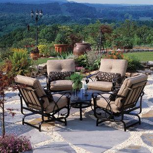 Diseño de patio clásico con gravilla