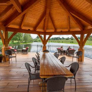 Exemple d'une grande terrasse arrière montagne avec une terrasse en bois et un gazebo ou pavillon.