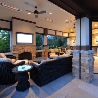На фото: двор среднего размера на заднем дворе в стиле кантри с покрытием из каменной брусчатки и навесом с
