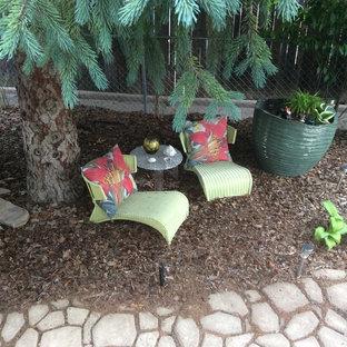 Immagine di un patio o portico boho chic di medie dimensioni e dietro casa con una pergola e pavimentazioni in cemento