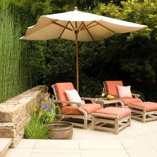 Esempio di un patio o portico mediterraneo di medie dimensioni e dietro casa con ghiaia