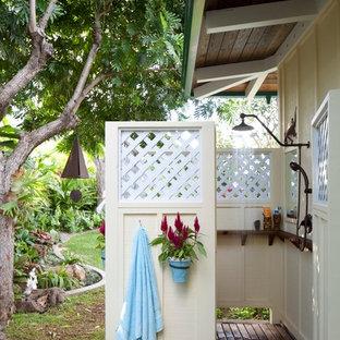 Bild på en tropisk uteplats, med utedusch