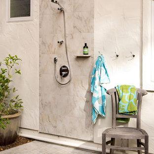 Immagine di un piccolo patio o portico design dietro casa con piastrelle e nessuna copertura