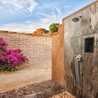 Foto de patio contemporáneo, grande, en patio trasero, con ducha exterior, adoquines de piedra natural y pérgola