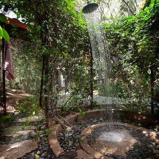 Свежая идея для дизайна: летний душ в средиземноморском стиле без защиты от солнца - отличное фото интерьера
