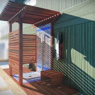 Cette photo montre une petite terrasse avec une douche extérieure latérale craftsman avec des pavés en béton et une pergola.