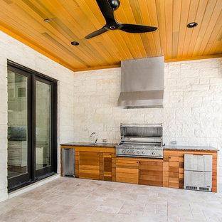 Ispirazione per un patio o portico design di medie dimensioni e dietro casa con piastrelle e un tetto a sbalzo
