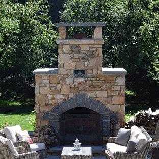 Idee per un patio o portico american style di medie dimensioni e in cortile con un focolare, pavimentazioni in cemento e nessuna copertura
