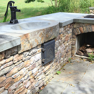 Idee per un patio o portico american style di medie dimensioni e dietro casa con pavimentazioni in cemento e nessuna copertura