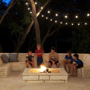 Moderner Patio mit Feuerstelle in Austin