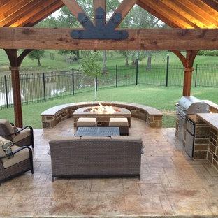 Aménagement d'une terrasse avec une cuisine extérieure arrière craftsman de taille moyenne avec du béton estampé et un gazebo ou pavillon.