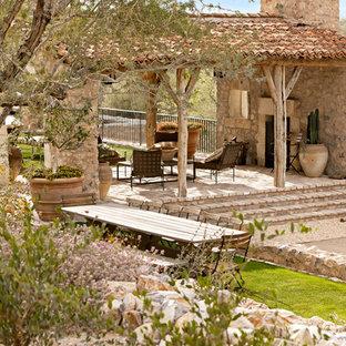 フェニックスのサンタフェスタイルのおしゃれな裏庭のテラスの写真