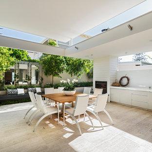 Esempio di un patio o portico contemporaneo di medie dimensioni e dietro casa con un tetto a sbalzo