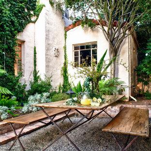 Foto di un patio o portico mediterraneo con ghiaia e nessuna copertura