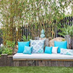 Esempio di un patio o portico boho chic dietro casa con un giardino in vaso