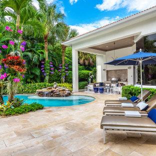 Esempio di un grande patio o portico chic dietro casa con fontane, pavimentazioni in pietra naturale e un tetto a sbalzo