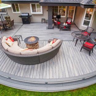 Modelo de patio moderno, extra grande, sin cubierta, en patio trasero, con brasero y entablado