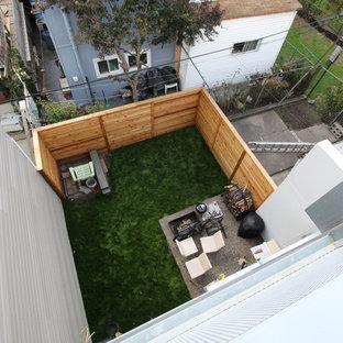 Exemple d'une terrasse et balcon arrière industrielle de taille moyenne avec un foyer extérieur et aucune couverture.