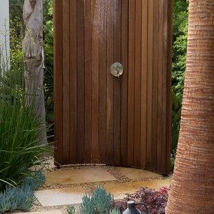 Diseño de patio mediterráneo, sin cubierta, en patio trasero, con ducha exterior y granito descompuesto