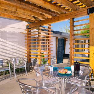 Aménagement d'une terrasse moderne avec une pergola.
