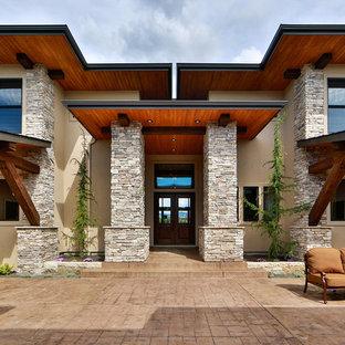 Modelo de patio contemporáneo, grande, sin cubierta, en patio trasero, con adoquines de hormigón