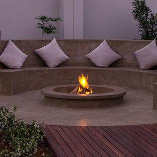 Moderner Patio mit Feuerstelle in Sonstige