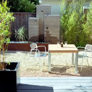 Foto di un patio o portico minimal di medie dimensioni e dietro casa con fontane, ghiaia e nessuna copertura
