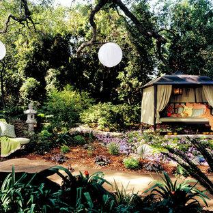 Esempio di un patio o portico etnico di medie dimensioni e dietro casa con ghiaia e un gazebo o capanno